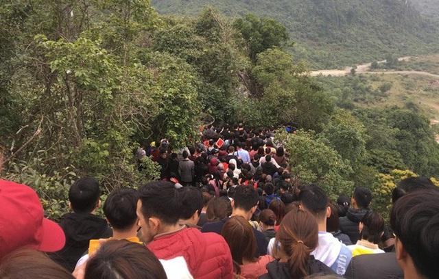 200.000 đồng/lượt đi thuyền trên hồ Tam Chúc, du khách vẫn chen nhau lên thuyền  - Ảnh 7.