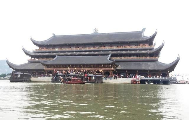 200.000 đồng/lượt đi thuyền trên hồ Tam Chúc, du khách vẫn chen nhau lên thuyền  - Ảnh 8.