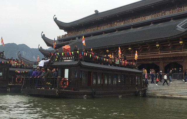 200.000 đồng/lượt đi thuyền trên hồ Tam Chúc, du khách vẫn chen nhau lên thuyền  - Ảnh 9.