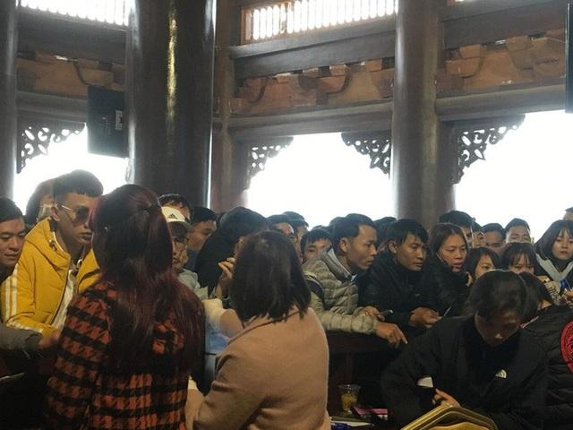 200.000 đồng/lượt đi thuyền trên hồ Tam Chúc, du khách vẫn chen nhau lên thuyền  - Ảnh 10.