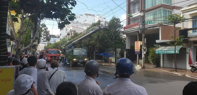 Cháy khách sạn ở Nha Trang, lực lượng chức năng đang nỗ lực chữa cháy  - Ảnh 2.