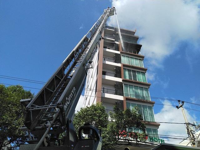 Cháy khách sạn ở Nha Trang, lực lượng chức năng đang nỗ lực chữa cháy  - Ảnh 3.