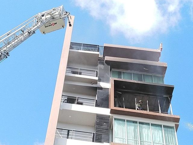Cháy khách sạn ở Nha Trang, lực lượng chức năng đang nỗ lực chữa cháy  - Ảnh 4.