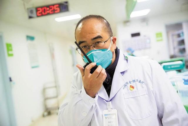 Vị bác sĩ chạy đua với tử thần ở tâm dịch Vũ Hán: Ngày đêm cứu chữa bệnh nhân dù vợ nhiễm virus corona, còn bản thân mắc bệnh nan y chỉ còn 3-5 năm để sống - Ảnh 1.