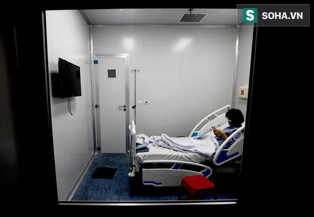 Bên trong phòng cách ly bệnh nhân có triệu chứng nhiễm virus Corona tại Hà Nội - Ảnh 11.