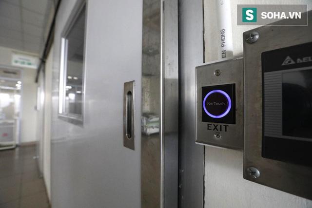 Bên trong phòng cách ly bệnh nhân có triệu chứng nhiễm virus Corona tại Hà Nội - Ảnh 12.