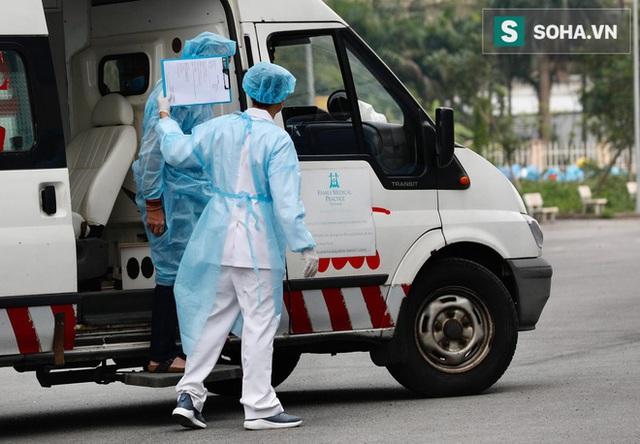 Bên trong phòng cách ly bệnh nhân có triệu chứng nhiễm virus Corona tại Hà Nội - Ảnh 16.