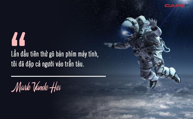 Nghe phi hành gia kể khổ về cuộc sống trên vũ trụ: Ăn cơm như nhai rơm rạ, đi tiểu bằng ống chỉ để đổi lại khoảnh khắc thần thánh mà chưa đầy 600 người trên Trái Đất có được - Ảnh 1.