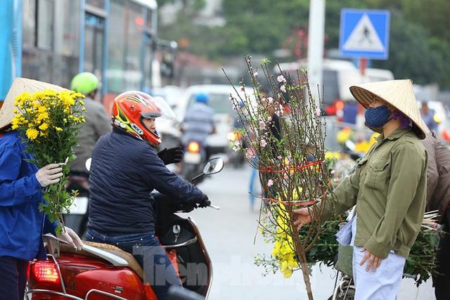 Đào, quất, hoa ngập tràn phố trước rằm tháng Chạp - Ảnh 4.