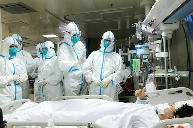 Tận lực chiến đấu với bệnh tật, y bác sĩ Vũ Hán còn đối mặt với khó khăn từ thiếu trang thiết bị đến nỗi khổ thù trong giặc ngoài khó ai thấu - Ảnh 2.