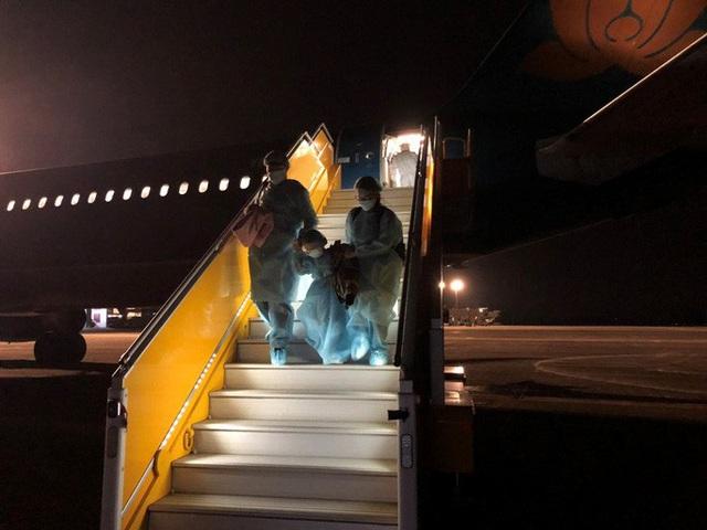 Hậu trường chuyến bay đặc biệt đưa công dân Việt Nam từ tâm dịch Vũ Hán về nước - Ảnh 11.