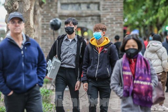 Phố đi bộ tạm dừng do virus corona, Hồ Gươm vẫn đông đúc du khách - Ảnh 3.