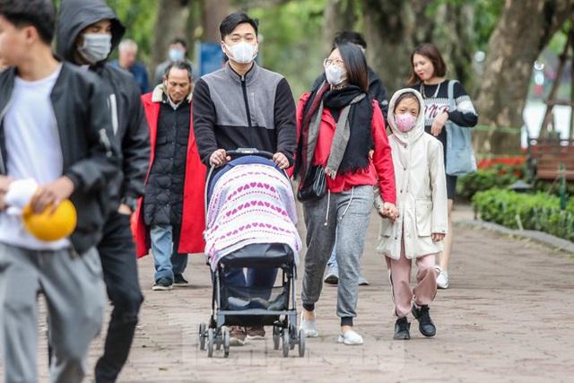 Phố đi bộ tạm dừng do virus corona, Hồ Gươm vẫn đông đúc du khách - Ảnh 4.