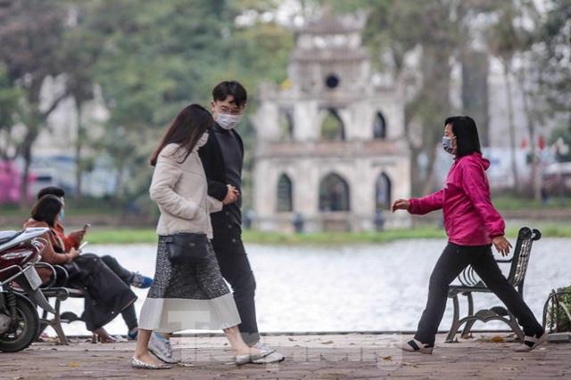 Phố đi bộ tạm dừng do virus corona, Hồ Gươm vẫn đông đúc du khách - Ảnh 6.