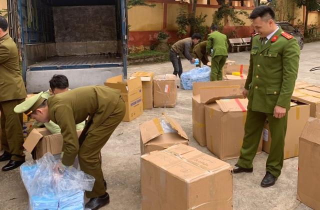 Tiếp tục tạm giữ 119.000 chiếc khẩu trang y tế không có hóa đơn, chứng từ - Ảnh 1.