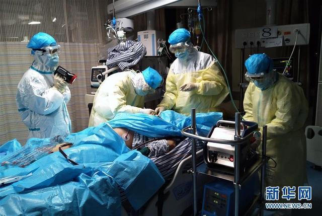 Trung Quốc dùng huyết tương người khỏi bệnh Covid-19 điều trị cho 11 ca bệnh nặng tiến triển tốt, khuyến khích người bình phục hiến máu - Ảnh 1.
