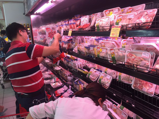 Giá thị gà, vịt tại chợ, siêu thị cao gấp hai, gấp ba lần ở trại - Ảnh 2.