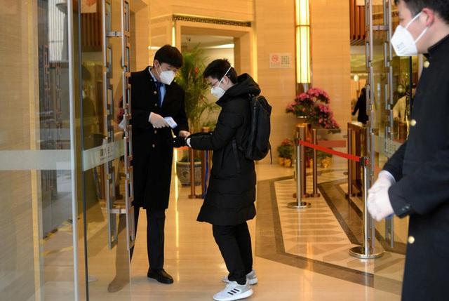 Cảnh tượng hiếm thấy: Hàng triệu người trở lại làm việc nhưng các siêu đô thị Trung Quốc vẫn chìm trong hôn mê vì virus corona - Ảnh 15.