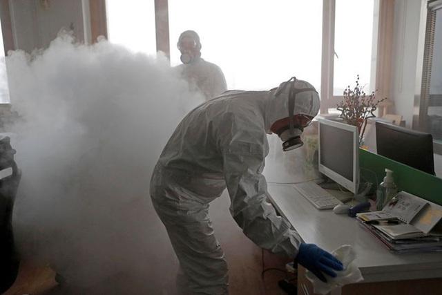 Cảnh tượng hiếm thấy: Hàng triệu người trở lại làm việc nhưng các siêu đô thị Trung Quốc vẫn chìm trong hôn mê vì virus corona - Ảnh 17.