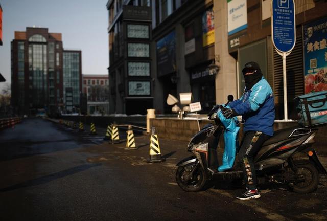 Cảnh tượng hiếm thấy: Hàng triệu người trở lại làm việc nhưng các siêu đô thị Trung Quốc vẫn chìm trong hôn mê vì virus corona - Ảnh 3.
