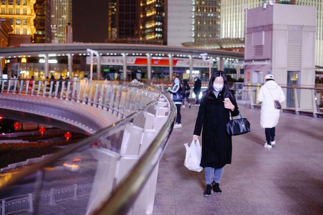 Cảnh tượng hiếm thấy: Hàng triệu người trở lại làm việc nhưng các siêu đô thị Trung Quốc vẫn chìm trong hôn mê vì virus corona - Ảnh 21.