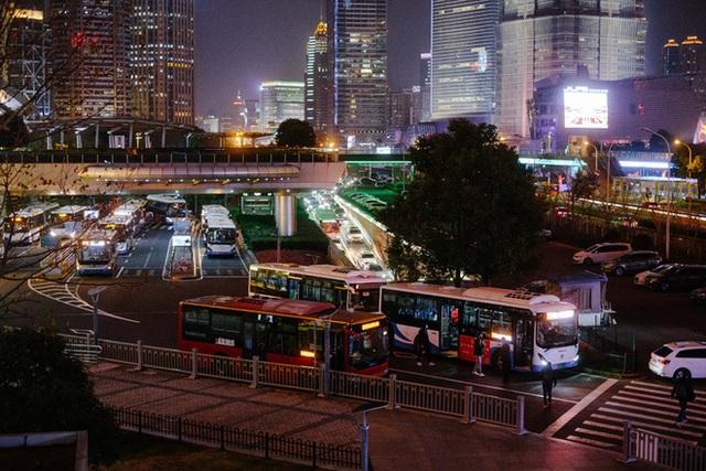 Cảnh tượng hiếm thấy: Hàng triệu người trở lại làm việc nhưng các siêu đô thị Trung Quốc vẫn chìm trong hôn mê vì virus corona - Ảnh 23.