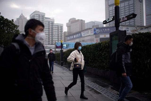 Cảnh tượng hiếm thấy: Hàng triệu người trở lại làm việc nhưng các siêu đô thị Trung Quốc vẫn chìm trong hôn mê vì virus corona - Ảnh 26.