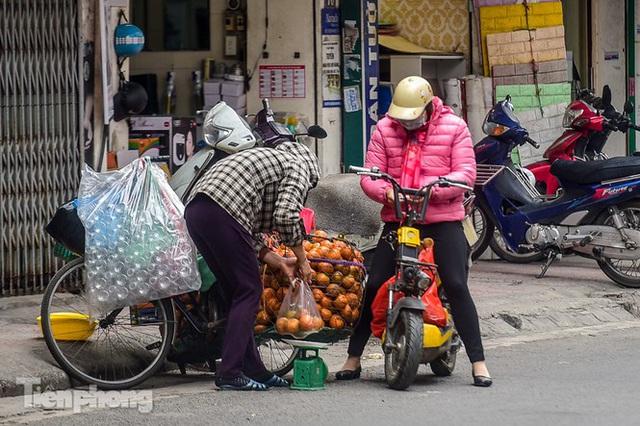 Hốt bạc nhờ vắt nước cam trên phố Hà Nội thời dịch Covid-19 - Ảnh 1.