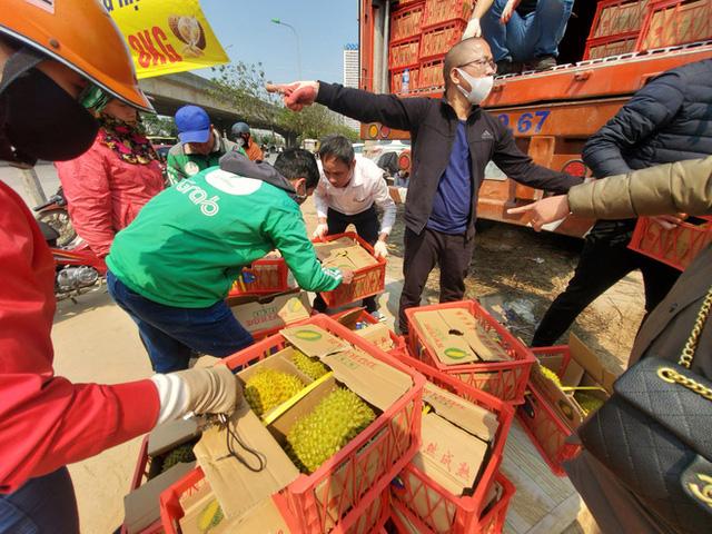 14 tấn sầu riêng về Hà Nội: Treo biển kêu gọi giải cứu, bán theo combo đồng giá 450.000 đồng/8kg - Ảnh 8.