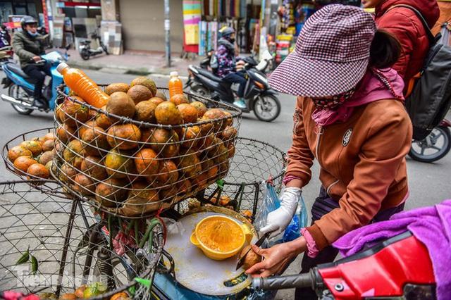 Hốt bạc nhờ vắt nước cam trên phố Hà Nội thời dịch Covid-19 - Ảnh 7.