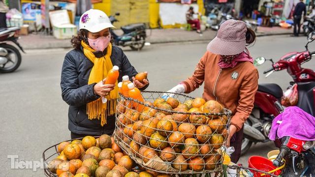 Hốt bạc nhờ vắt nước cam trên phố Hà Nội thời dịch Covid-19 - Ảnh 10.