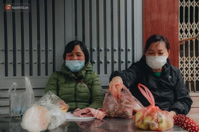 Cập nhật giá rau tăng vọt sau Tết, người Hà Nội đổ xô đi mua thực phẩm dự trữ giữa nạn dịch virus Corona - Ảnh 11.