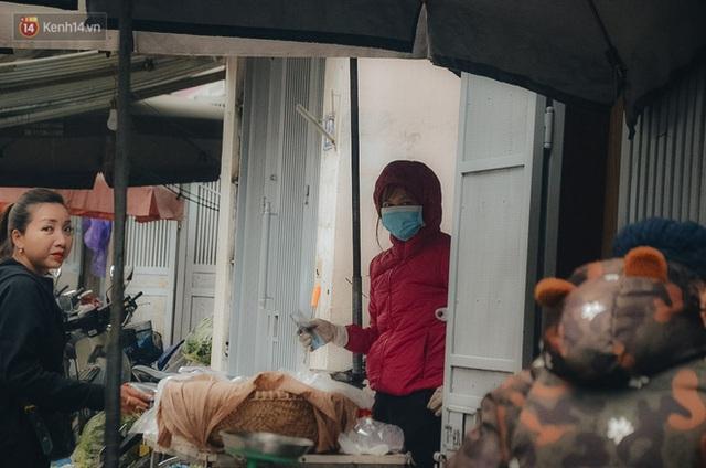 Cập nhật giá rau tăng vọt sau Tết, người Hà Nội đổ xô đi mua thực phẩm dự trữ giữa nạn dịch virus Corona - Ảnh 12.