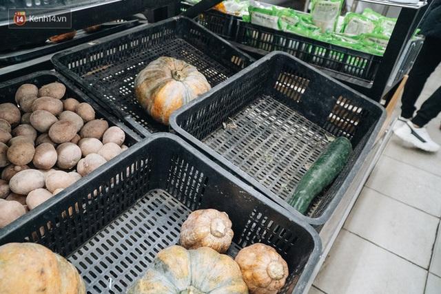 Cập nhật giá rau tăng vọt sau Tết, người Hà Nội đổ xô đi mua thực phẩm dự trữ giữa nạn dịch virus Corona - Ảnh 17.