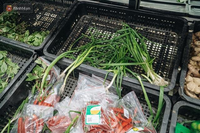 Cập nhật giá rau tăng vọt sau Tết, người Hà Nội đổ xô đi mua thực phẩm dự trữ giữa nạn dịch virus Corona - Ảnh 18.