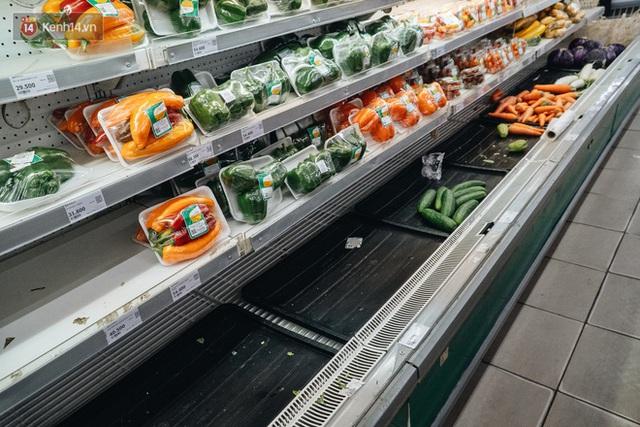 Cập nhật giá rau tăng vọt sau Tết, người Hà Nội đổ xô đi mua thực phẩm dự trữ giữa nạn dịch virus Corona - Ảnh 20.