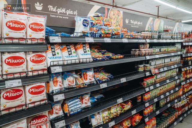 Cập nhật giá rau tăng vọt sau Tết, người Hà Nội đổ xô đi mua thực phẩm dự trữ giữa nạn dịch virus Corona - Ảnh 23.