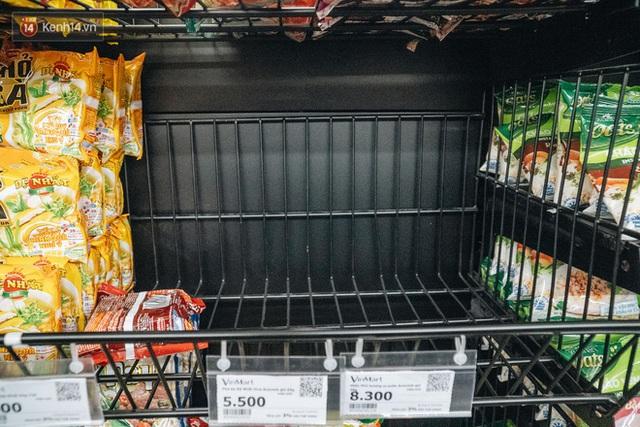 Cập nhật giá rau tăng vọt sau Tết, người Hà Nội đổ xô đi mua thực phẩm dự trữ giữa nạn dịch virus Corona - Ảnh 26.