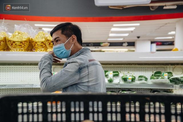 Cập nhật giá rau tăng vọt sau Tết, người Hà Nội đổ xô đi mua thực phẩm dự trữ giữa nạn dịch virus Corona - Ảnh 30.