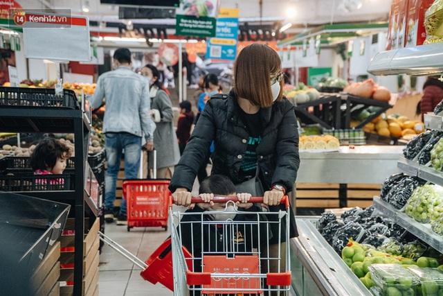 Cập nhật giá rau tăng vọt sau Tết, người Hà Nội đổ xô đi mua thực phẩm dự trữ giữa nạn dịch virus Corona - Ảnh 31.