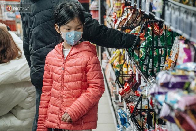 Cập nhật giá rau tăng vọt sau Tết, người Hà Nội đổ xô đi mua thực phẩm dự trữ giữa nạn dịch virus Corona - Ảnh 5.