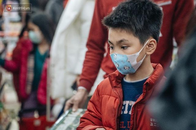 Cập nhật giá rau tăng vọt sau Tết, người Hà Nội đổ xô đi mua thực phẩm dự trữ giữa nạn dịch virus Corona - Ảnh 6.