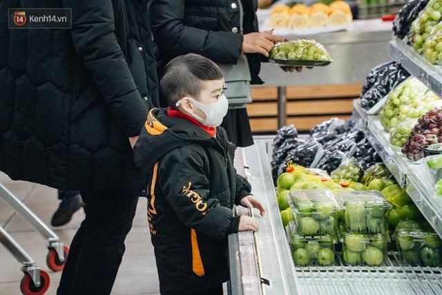 Cập nhật giá rau tăng vọt sau Tết, người Hà Nội đổ xô đi mua thực phẩm dự trữ giữa nạn dịch virus Corona - Ảnh 7.