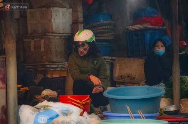 Cập nhật giá rau tăng vọt sau Tết, người Hà Nội đổ xô đi mua thực phẩm dự trữ giữa nạn dịch virus Corona - Ảnh 10.