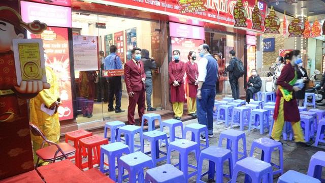 Ngày vía Thần Tài, tiệm vàng vắng tanh, nhân viên đông hơn khách - Ảnh 2.