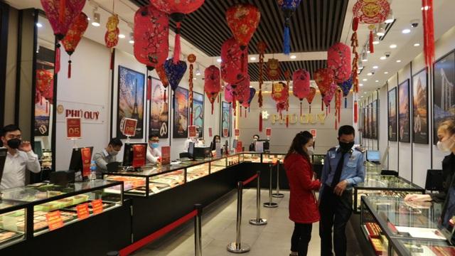 Ngày vía Thần Tài, tiệm vàng vắng tanh, nhân viên đông hơn khách - Ảnh 3.