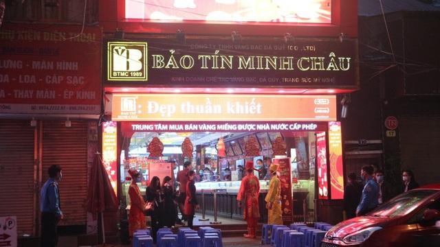 Ngày vía Thần Tài, tiệm vàng vắng tanh, nhân viên đông hơn khách - Ảnh 4.