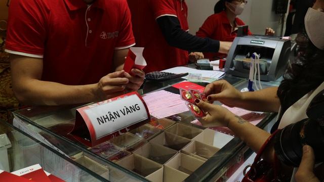 Ngày vía Thần Tài, tiệm vàng vắng tanh, nhân viên đông hơn khách - Ảnh 7.