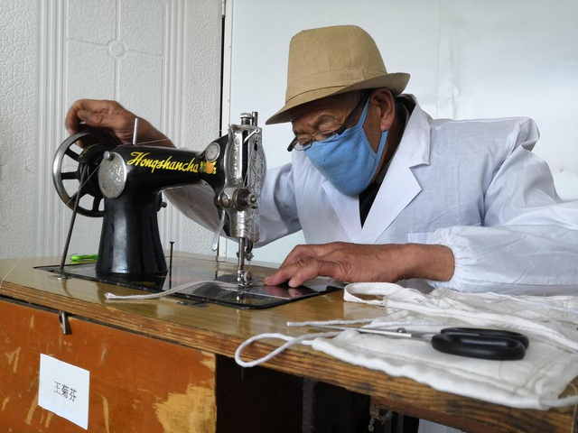 Tình nguyện viên Trung Quốc đồng lòng sản xuất khẩu trang, hỗ trợ chống dịch bệnh corona: Trong cơn bĩ cực mới thấy tấm lòng - Ảnh 1.