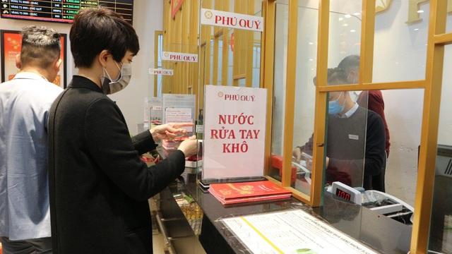 Ngày vía Thần Tài, tiệm vàng vắng tanh, nhân viên đông hơn khách - Ảnh 11.